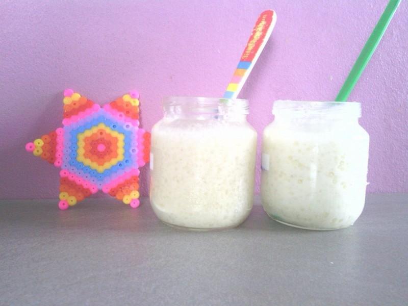 A gauche à base de lait maternel et à droite au lait infantile