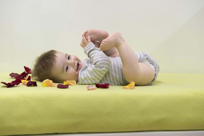 B-Sensible Baby BB sur lit + pétales
